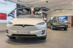 Barcelona, Espa?a - 14 de marzo de 2019: Tienda de los coches de Tesla cerca de la calle de lujo de las compras de Passeig de Gra imágenes de archivo libres de regalías