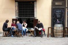 BARCELONA ESPAÑA - 9 DE JUNIO: En la acera del café en Barcelona España encendido Foto de archivo libre de regalías