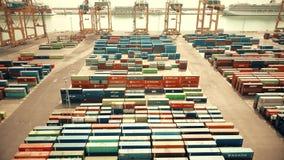 BARCELONA, ESPANHA - ABRIL, 15, 2017 Tiro aéreo de guindastes do porto e da jarda grande do recipiente do porto Foto de Stock Royalty Free