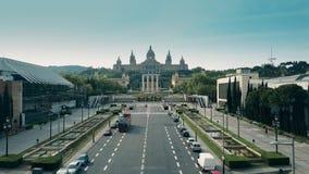 BARCELONA, ESPANHA - ABRIL, 15, 2017 Tiro aéreo do ônibus de excursão e do Palau Nacional - palácio nacional em um dia ensolarado video estoque