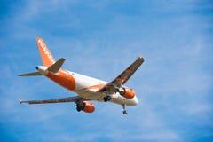 BARCELONA, ESPANHA - 20 DE AGOSTO DE 2016: Avião de Easyjet no céu Copie o espaço para o texto Close-up imagem de stock