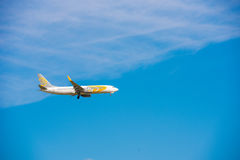 BARCELONA, ESPANHA - 20 DE AGOSTO DE 2016: O avião voou sobre a cidade Copie o espaço para o texto Foto de Stock Royalty Free