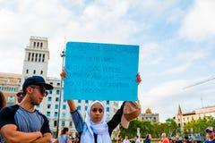 Barcelona, Espanha - 21 de agosto de 2017: os muçulmanos marcham no centro da cidade contra o terrorismo e no preconceito no Islã Fotografia de Stock Royalty Free