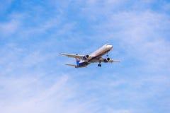 BARCELONA, ESPANHA - 20 DE AGOSTO DE 2016: Planície de Aeroflot na aproximação final em Barcelona Copie o espaço para o texto Imagem de Stock Royalty Free
