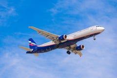 BARCELONA, ESPANHA - 20 DE AGOSTO DE 2016: Planície de Aeroflot na aproximação final em Barcelona Copie o espaço para o texto Fotos de Stock Royalty Free