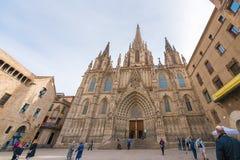 BARCELONA, ESPANHA - 16 DE FEVEREIRO DE 2017: Catedral da cruz e do St santamente Eulalia Copie o espaço para o texto Imagem de Stock