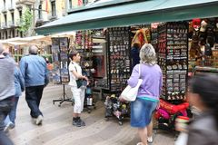 BARCELONA, ESPANHA - 9 DE JUNHO: Loja de lembrança na rua de Rambla do La sobre Imagem de Stock
