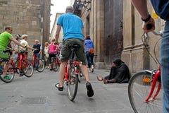 Barcelona, Espanha - 17 de maio de 2014: O mendigo vestiu-se no assento preto na rua do quarto gótico Imagens de Stock Royalty Free