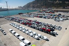Barcelona, Espanha - 30 de março de 2016: fileiras dos carros no estacionamento no porto marítimo Negócio da exportação e de impo foto de stock