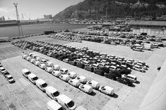 Barcelona, Espanha - 30 de março de 2016: fileiras dos carros no estacionamento no porto marítimo Negócio da exportação e de impo imagens de stock