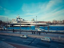 BARCELONA, ESPANHA - 27 de março de 2017: Um navio de cruzeiros luxuoso ancorado no porto Vell no mar Mediterrâneo Al de passeio  fotos de stock royalty free