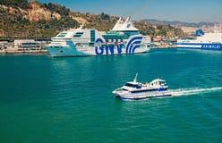 Barcelona, Espanha - 30 de mar?o de 2016: o barco de prazer e os navios de cruzeiros GNV, Grimaldi alinham no mar Transporte da ? fotos de stock royalty free