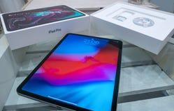 Barcelona, Espanha - 7 de novembro de 2018: unboxing do iPad brandnew pro 2018 de Apple fotografia de stock