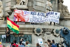 Barcelona, Espanha 12 de outubro de 2017: proteste contra a celebração da descoberta de América imagens de stock