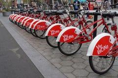 Barcelona, Espanha - 24 de setembro de 2016: Suporte alugado Viu Bicing Barcelona da bicicleta Imagem de Stock