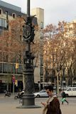 Barcelona, Espanha, em janeiro de 2017 Povos que apressam-se sobre seu negócio em uma rua no centro da cidade fotografia de stock royalty free