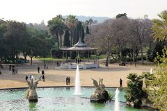 Barcelona, Espanha, em janeiro de 2017 Vista bonita do parque da cidade com uma fonte e um carrossel fotografia de stock royalty free