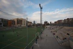 Barcelona, Espanha, em março de 2016: crianças que treinam no campo de futebol local perto da estação Nord Foto de Stock