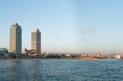 Barcelona, Espanha, em outubro de 2016: Panorama da praia do mar Mediterrâneo imagens de stock