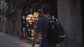 Barcelona, Espanha - em setembro de 2018: Distrito histórico do quarto gótico da cidade O homem do turista está vendo lojas de le filme