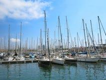 11 07 2016, Barcelona, Espanha: Iate luxuosos da vela no porto marítimo Fotografia de Stock