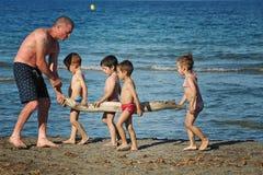 Barcelona, Espanha, o 23 de junho de 2013 - a costa mediterrânea, playin Fotografia de Stock