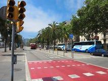 11 07 2016, Barcelona, Espanha: A rua do cais com palmeiras aproxima m Imagens de Stock
