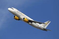 Barcelona för flygplan för Vueling flygbuss A320 flygplats Royaltyfri Bild