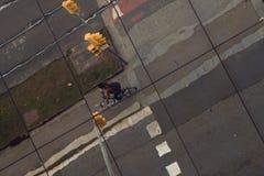 BARCELONA, GLORIAS, enero de 2016 reflexión de la bicicleta en el edificio moderno fotografía de archivo