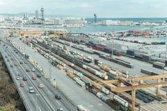 Barcelona-Hafen mit vielen bunten Behältern und Kränen der Fracht stockfotos