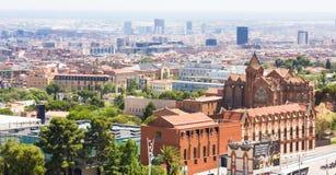 Barcelona, Hiszpania - July13, 2016: Panoramiczny widok Barcelona od Tibidabo, Hiszpania Domy, drzewa i CosmoCaixa, nauki muzeum zdjęcie stock