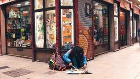 BARCELONA HISZPANIA, KWIECIEŃ, -, 15, 2017 Dziwaczny uliczny muzyka spełnianie na bębenu talerzu w turystycznym miejscu 4K zbiory