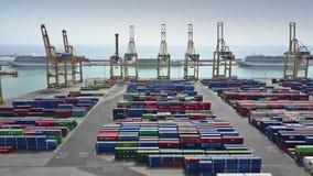 BARCELONA HISZPANIA, KWIECIEŃ, -, 15, 2017 Antena strzał schronienie żurawie i duży portowy zbiornika jard Zdjęcia Royalty Free