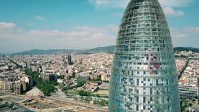 BARCELONA HISZPANIA, KWIECIEŃ, -, 15, 2017 Antena strzelająca pejzażu miejskiego zwijania miasta symbole: Torre Agbar Sagrada i d Obrazy Stock
