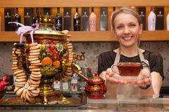 Barcelona Hiszpania, Kwiecień, - 5, 2016: Atrakcyjna młoda kobieta daje filiżance herbata w przejrzystym szkle przygotowywającym  Zdjęcia Stock