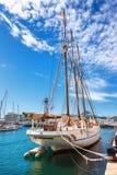 Barcelona Hiszpania, Kwiecień, - 17, 2016: Duzi jachty kłama przy Portowym Vell żołnierzem piechoty morskiej Obraz Stock