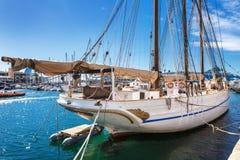 Barcelona Hiszpania, Kwiecień, - 17, 2016: Duzi jachty kłama przy Portowym Vell żołnierzem piechoty morskiej Zdjęcia Stock