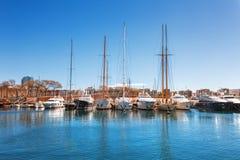 Barcelona Hiszpania, Kwiecień, - 17, 2016: Wiele jachty kłama przy Portowym Vell żołnierzem piechoty morskiej Obraz Royalty Free