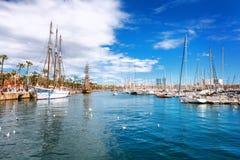 Barcelona Hiszpania, Kwiecień, - 17, 2016: Wiele jachty kłama przy Portowym Vell żołnierzem piechoty morskiej Fotografia Stock