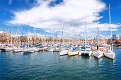 Barcelona Hiszpania, Kwiecień, - 17, 2016: Wiele jachty kłama przy Portowym Vell żołnierzem piechoty morskiej Obrazy Royalty Free