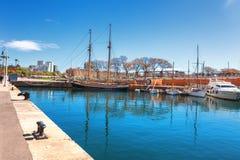 Barcelona Hiszpania, Kwiecień, - 17, 2016: Wiele jachty kłama przy Portowym Vell żołnierzem piechoty morskiej Zdjęcie Royalty Free