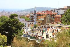 BARCELONA HISZPANIA, LIPIEC, - 12, 2018: Parkowi Guell ludzie na tarasie z balkonami dekorowali Antoni Gaudi mozaikami, Barcelona obrazy royalty free