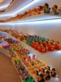 Barcelona, Hiszpania, Listopad/- 12, 2018: zabawkarskie półki sklepowe z kolorowymi gumowymi kaczątkami obraz royalty free