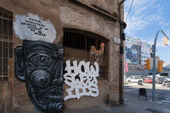 BARCELONA, HISZPANIA, Luty 2016 - graffiti na zaniechanym domu w Poblenou okręgu Barcelona Zdjęcie Stock