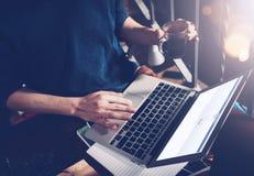 Barcelona, Hiszpania -01 02 2016: Mężczyzna podpisuje up facebook stronę Rodzajowy projekta laptop jest na jego kolanach Ogólnosp Obrazy Royalty Free
