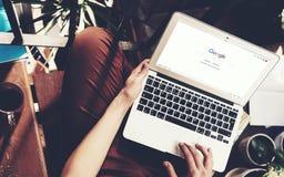 Barcelona, Hiszpania -01 02 2016: Mężczyzna rejestrująca Google strona Rodzajowy projekta laptop jest na jego kolanach Ogólnospoł Fotografia Stock