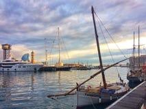 Barcelona, Hiszpania, Maj 2018: Tradycyjna śródziemnomorska łódź i super yachtin schronienie Barcelona fotografia royalty free