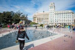 BARCELONA, HISZPANIA, MARZEC 19, 2018 Gołębie na kwadracie w Barcel zdjęcia stock