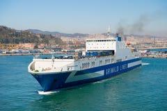 Barcelona Hiszpania, Marzec, - 30, 2016: promu statek Grimaldi Wykłada w morzu Prom wycieczka Podróżować morzem na promu statku W Zdjęcia Royalty Free