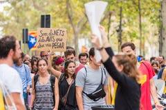 BARCELONA HISZPANIA, PAŹDZIERNIK, - 3, 2017: Demonstranci znoszący plakat podczas protestów w Barcelona Obrazy Royalty Free
